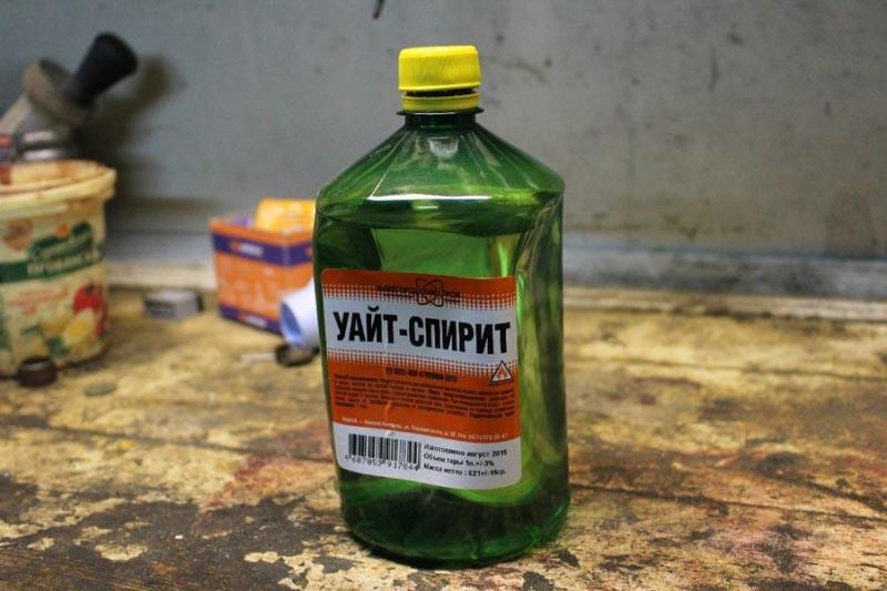 Уайт-спирит – это органический токсичный и легковоспламеняемый растворитель, который хорошо очищает от жира, но оставляет на поверхности пленку